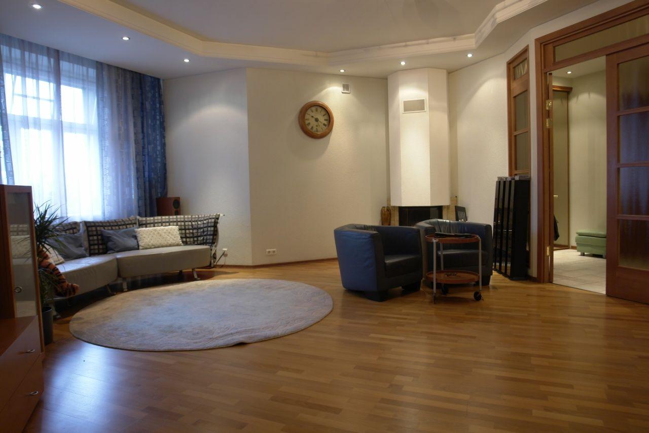Продажа элитных квартир Санкт-Петербурга.  Гостиная с действующим камином