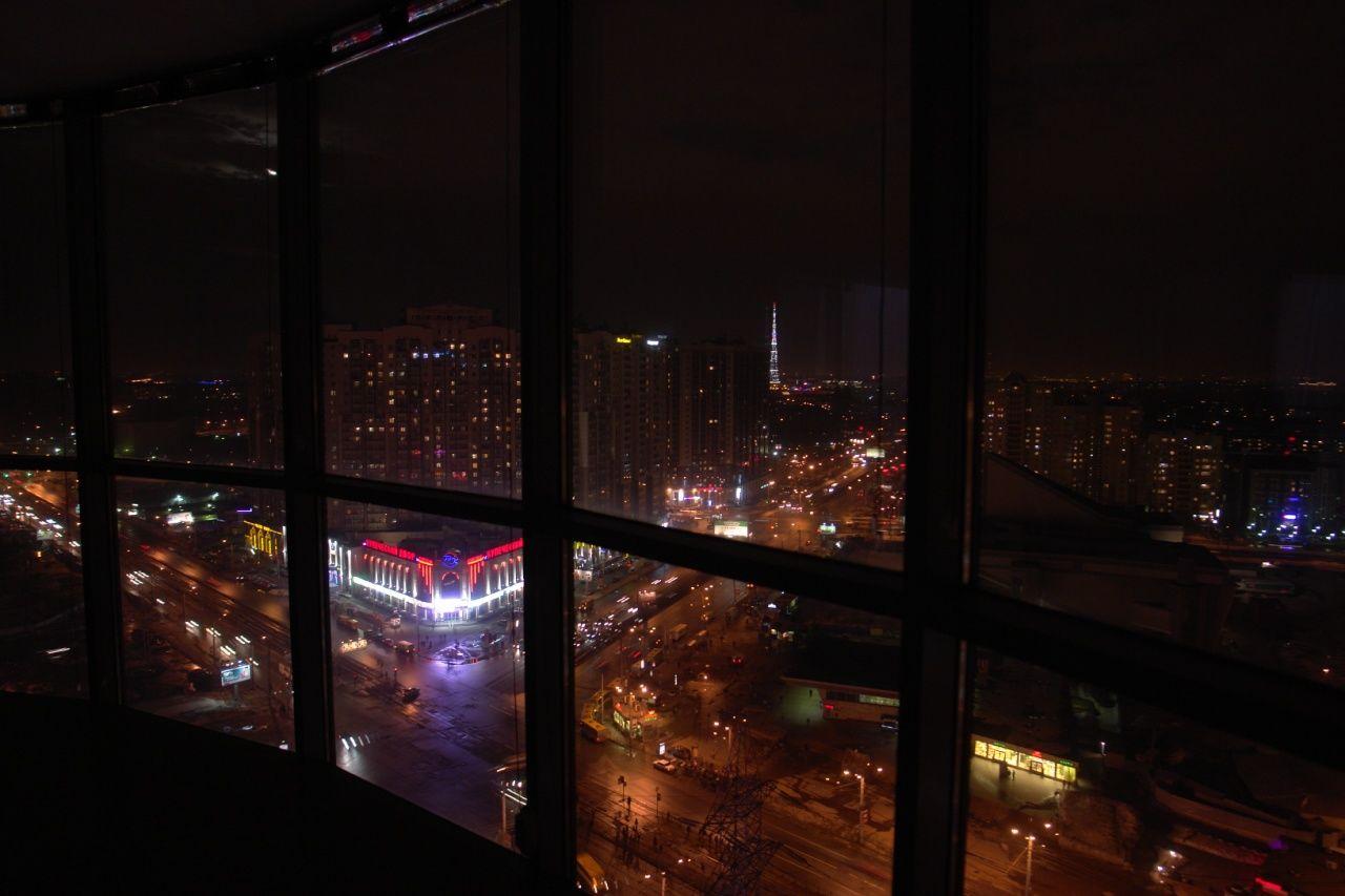 Продажа элитных квартир Санкт-Петербурга.  Из окон видна Телебашня, которая ночью эффект