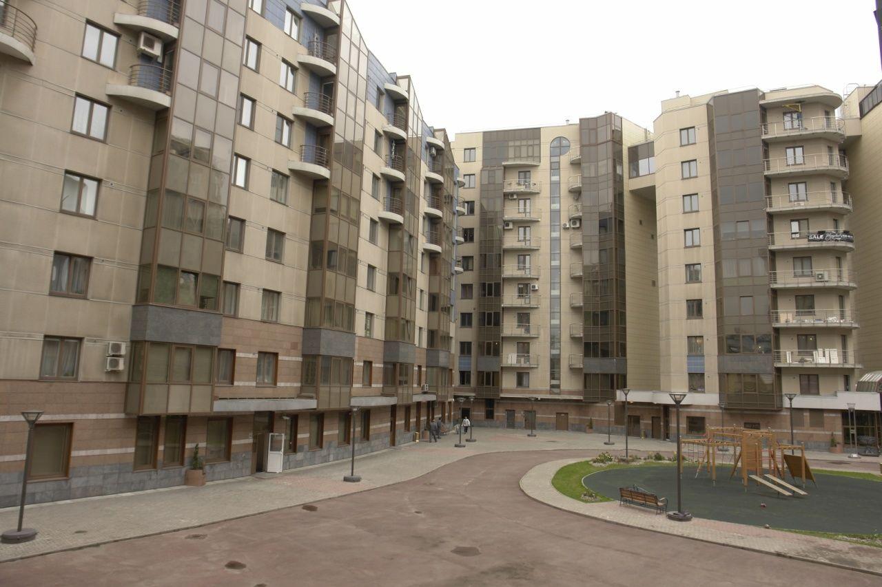 Продажа элитных квартир Санкт-Петербурга.  Вид из окна на детскую площадку