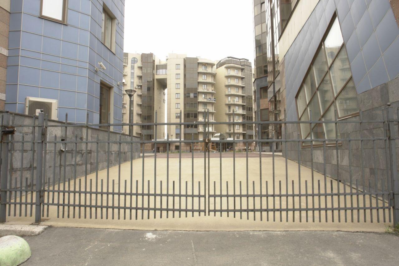 Продажа элитных квартир Санкт-Петербурга.  Проезд во внутренний двор только для машин ск
