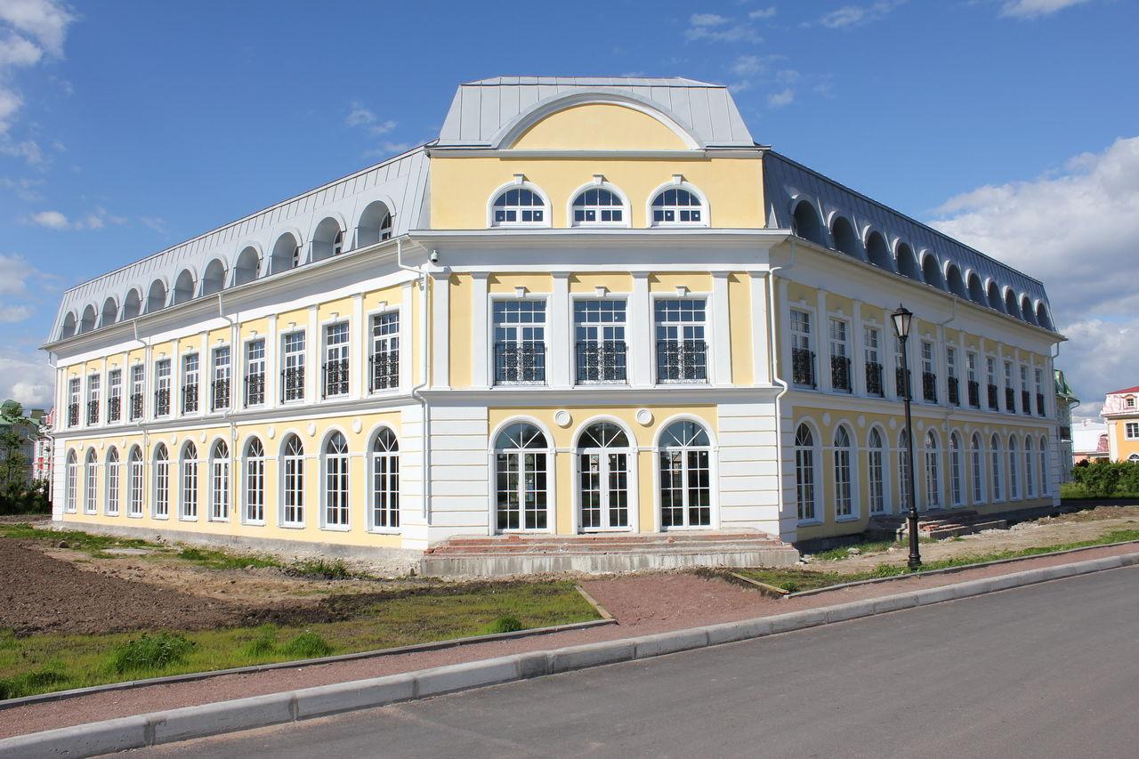 Продажа элитных квартир Санкт-Петербурга.  В этом здании фитнес-центр, ресторан