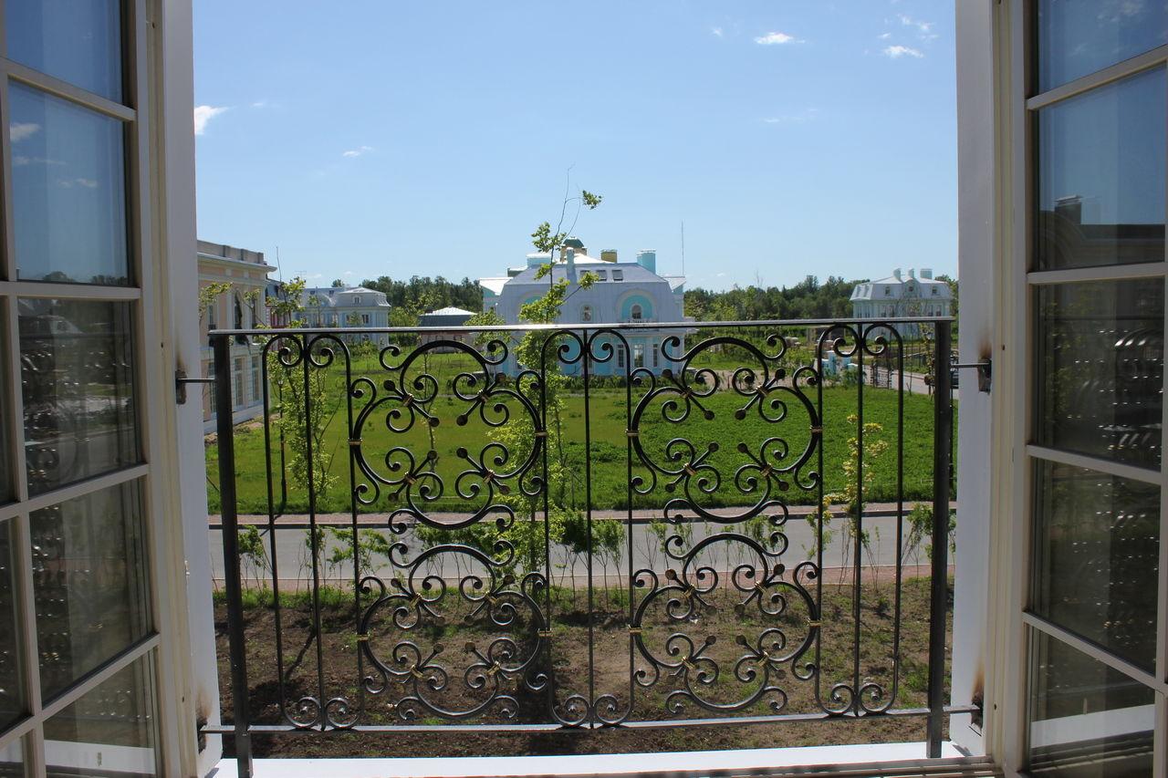 Продажа элитных квартир Санкт-Петербурга.  Изящный кованый французский балкон