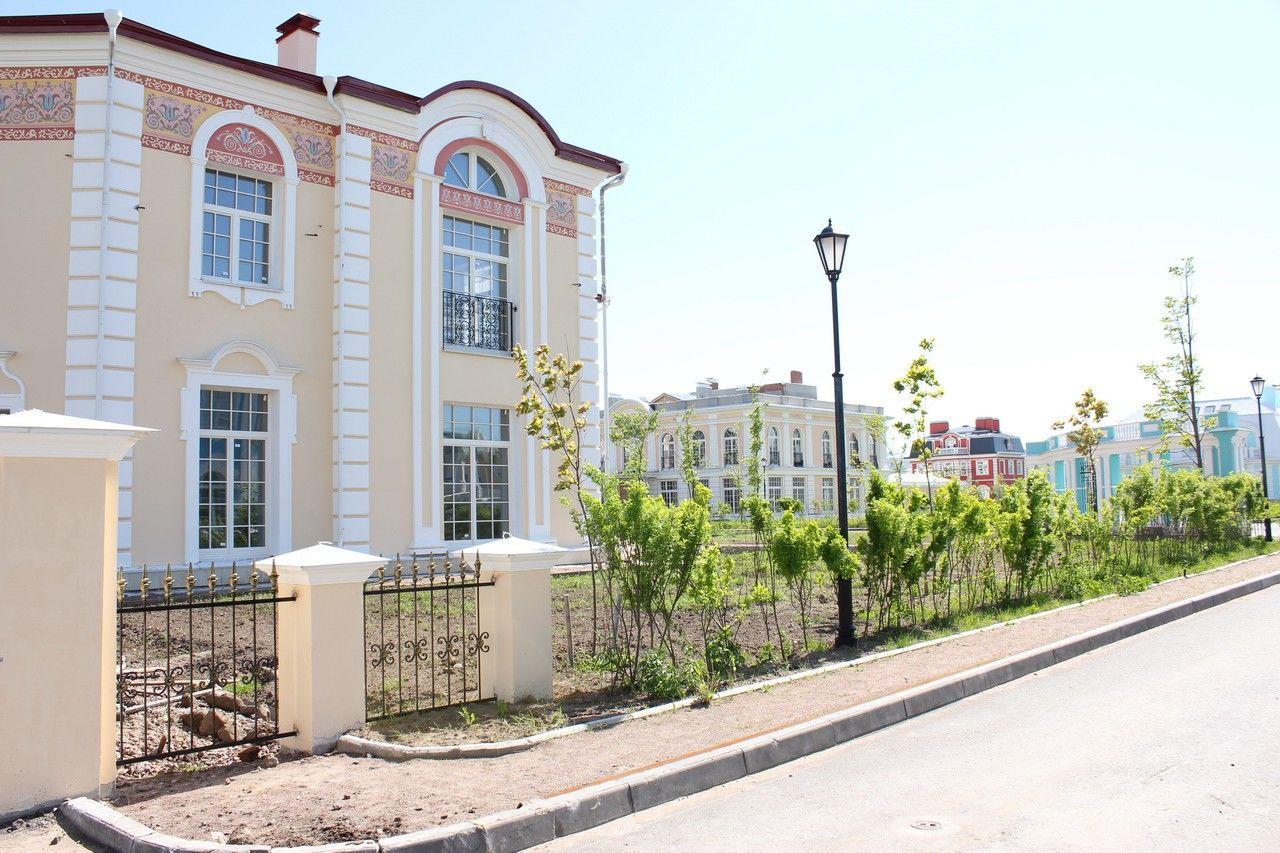 Продажа элитных квартир Санкт-Петербурга.  Пешеходные тротуары с декоративными фонарями