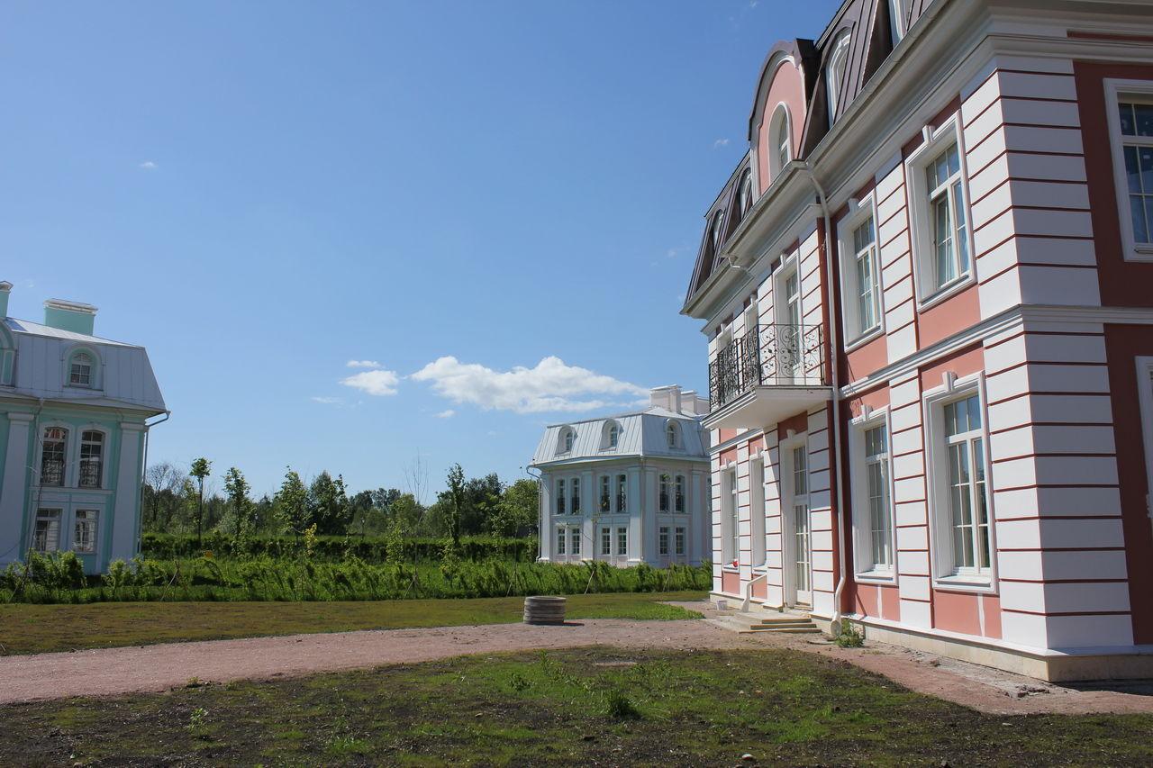 Продажа элитных квартир Санкт-Петербурга.    По периметру особняка живописный сад