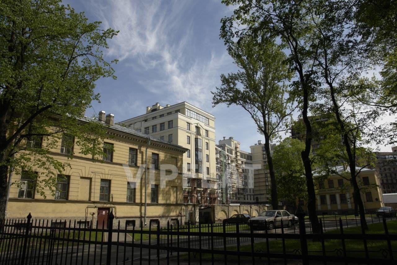 Продажа элитных квартир Санкт-Петербурга. Парадная  1 к. 3 Вид на квартал из Таврического сада