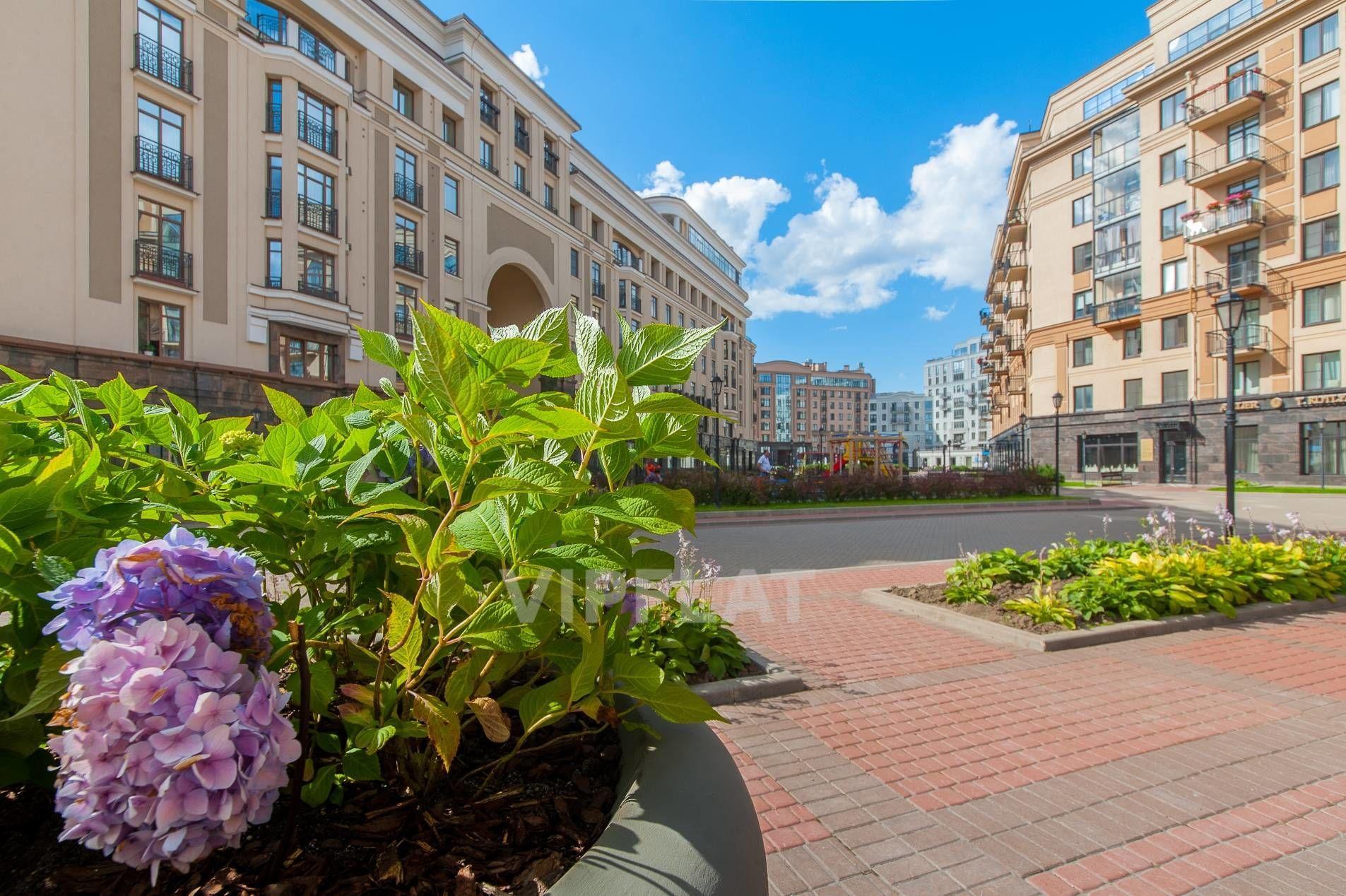 Продажа элитных квартир Санкт-Петербурга. Парадная ул., 3 к. 2 Территория комплекса летом