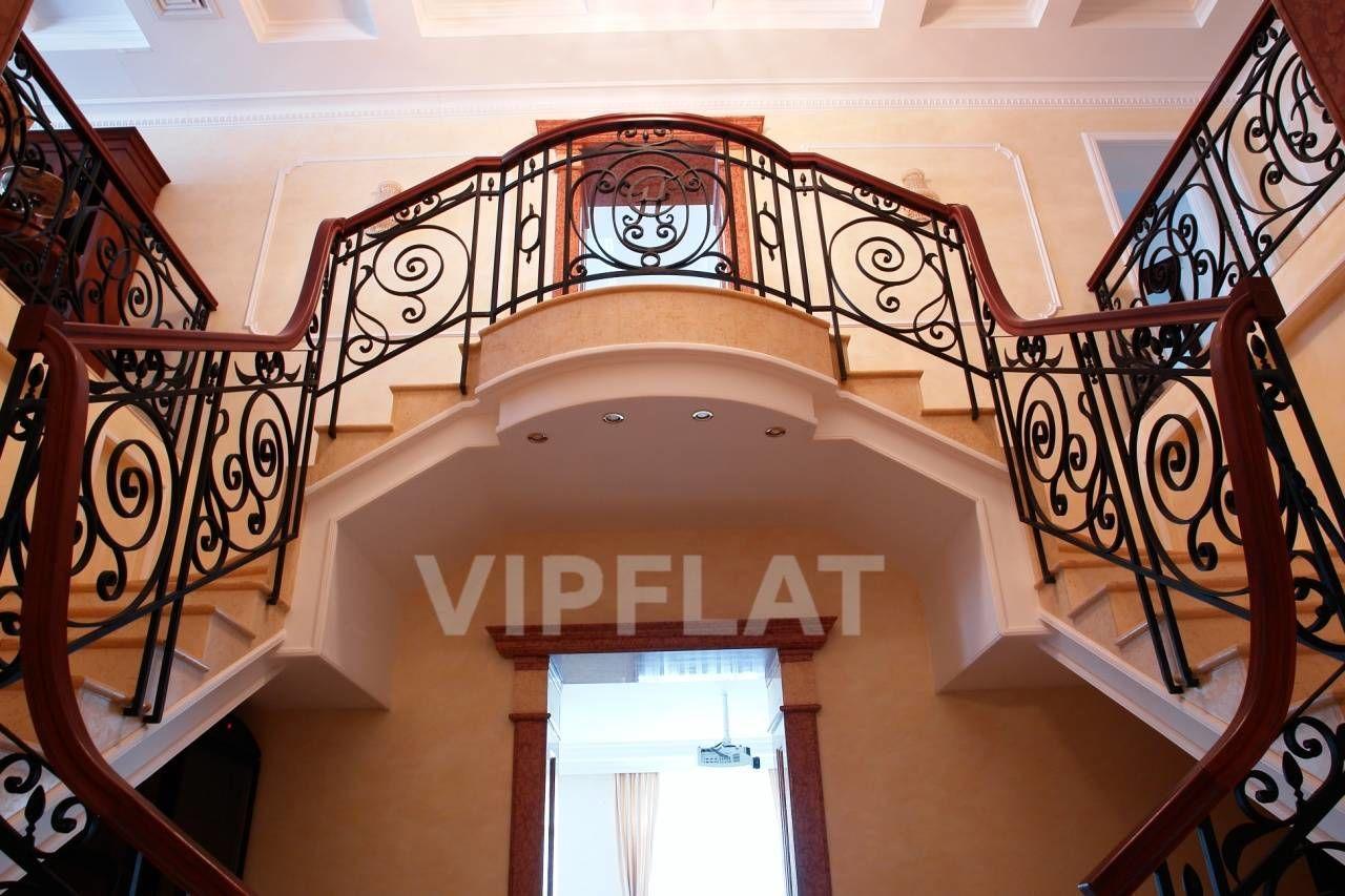 Продажа элитных квартир Санкт-Петербурга. 7 линия, 34 Лестница с ажурными перилами