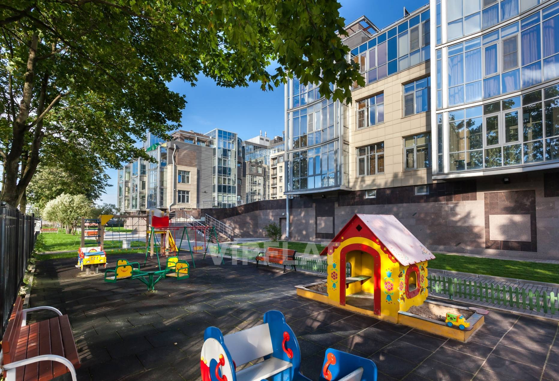 Продажа элитных квартир Санкт-Петербурга. Вязовая ул., 10 Детские площадки на территории