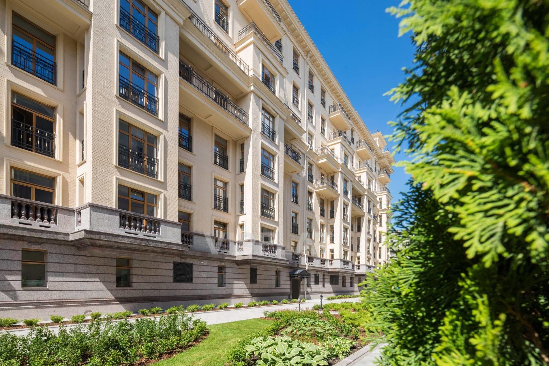 Продажа элитных квартир Санкт-Петербурга. Фонтанки наб., 76, лит. А Французские балконы и эркеры украшают фасад
