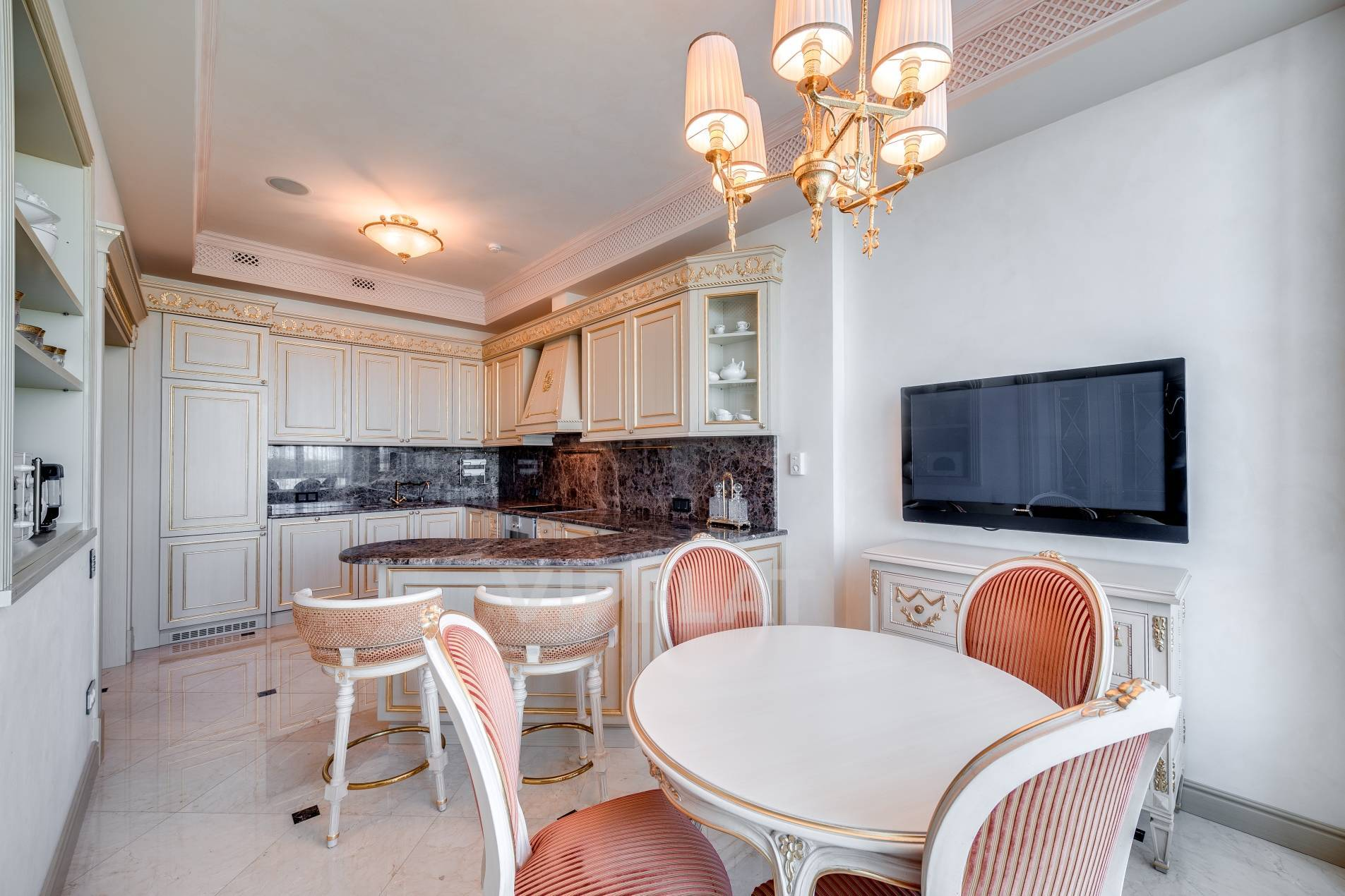 Продажа элитных квартир Санкт-Петербурга. Песочная наб., 12 Светлая кухня в классическом стиле