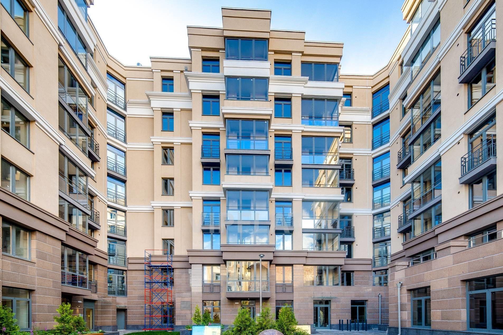 Продажа элитных квартир Санкт-Петербурга. Полтавская ул., 7 Рустовка и французские балконы украшают фасад