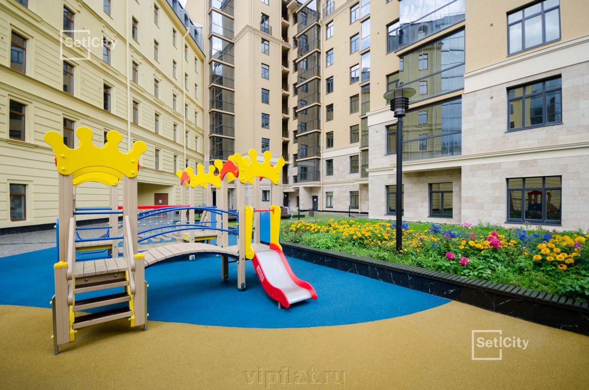 Продажа элитных квартир Санкт-Петербурга. Кирочная улица, 57 Детская площадка во дворе