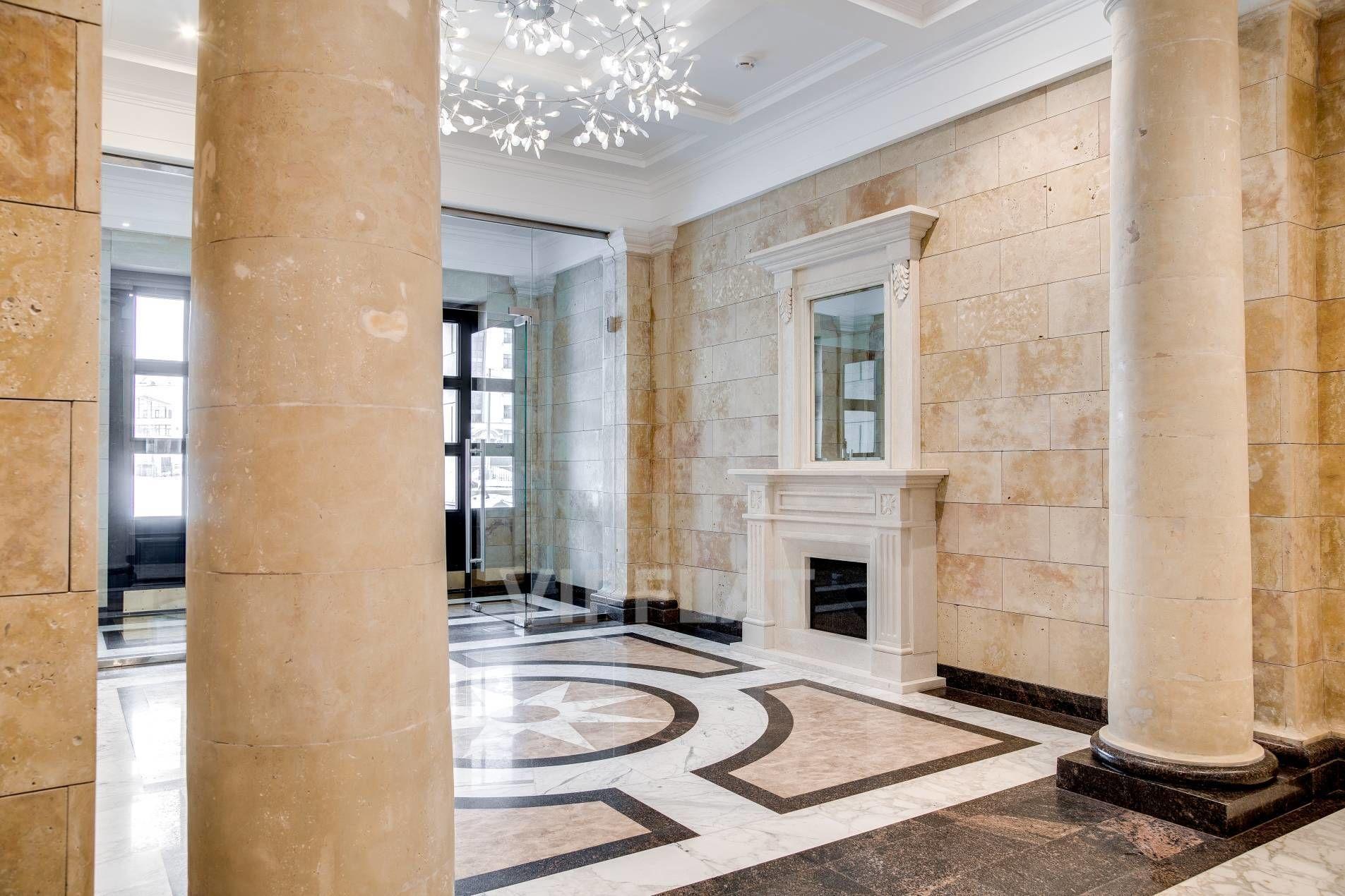Продажа элитных квартир Санкт-Петербурга. Морской пр., 29 Классические колонны и камин украшают холл