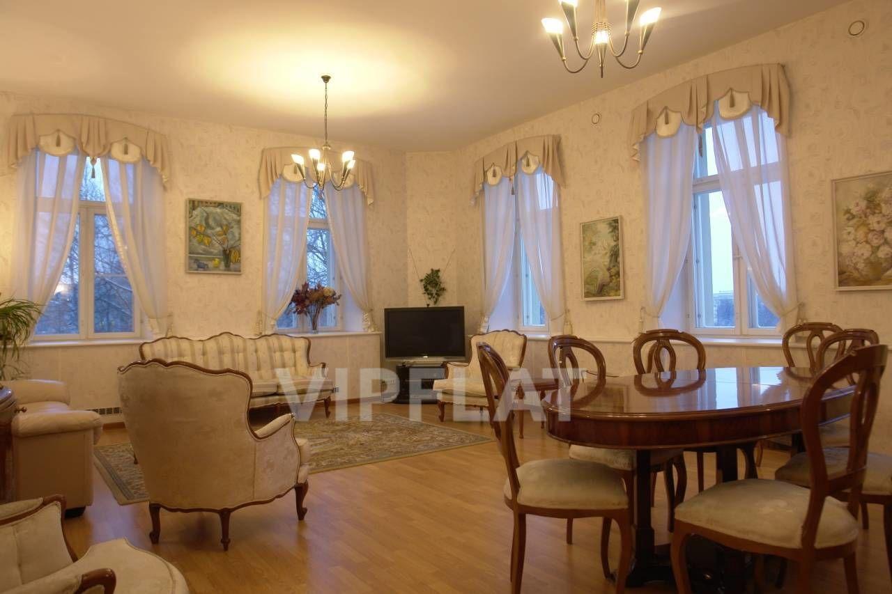 Продажа элитных квартир Санкт-Петербурга. Смольный пр., 6 В гостиной 5 больших окон. Вид на Смольный