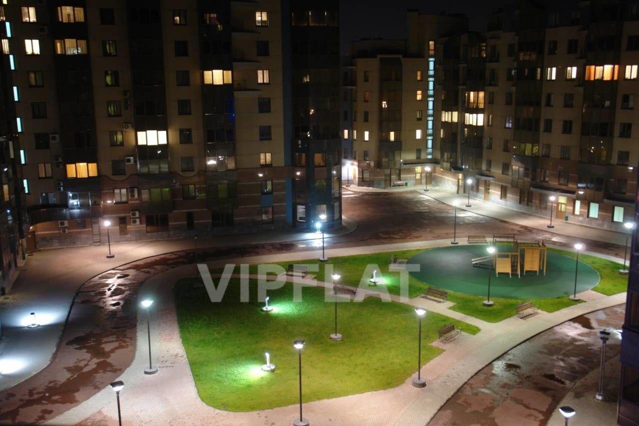 Продажа элитных квартир Санкт-Петербурга.  Воскресенская  наб., 4  Эффектно подсвеченная благоустроенная территория