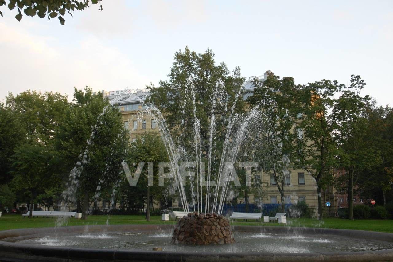 Продажа элитных квартир Санкт-Петербурга. Смольный пр., 6 Вид на дом из парка