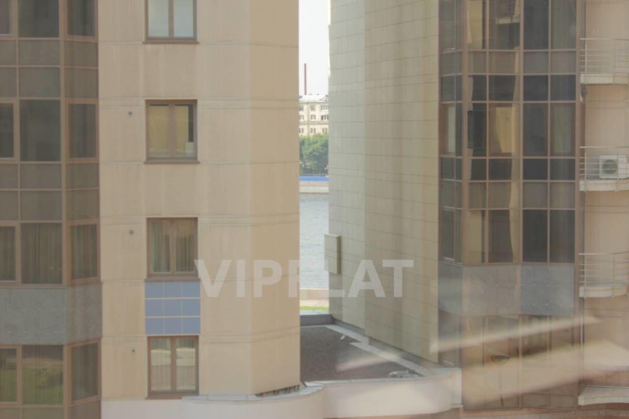Продажа элитных квартир Санкт-Петербурга. Воскресенская  наб., 4 Из окон гостиной немного видна Нева