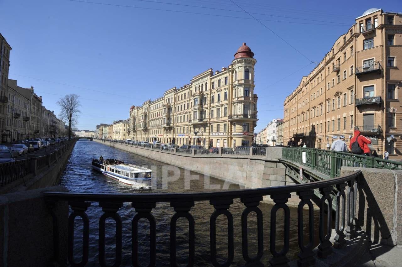 Продажа элитных квартир Санкт-Петербурга. Грибоедова канала наб., 71 Вид на дом с Кокушкина моста